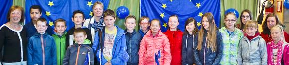 L6A van GBS Boortmeerbeek is Europese klas van het jaar  ·         Fotomoment ·         Dinsdag 26 mei 2015 om 8 uur ·         GBS Boortmeerbeek   424 Vlaamse klassen deden mee aan 'SpEUrnEUs'-wedstrijd over Europa. De winnende klas in Vlaams-Brabant is L6A uit GBS Boortmeerbeek. Deze mag zich voortaan 'Europese klas van het jaar' noemen.  Voor meer dan 6000 leerlingen van 11 en 12 jaar is Europa niet langer een ver-van-mijn-bed-show. Zij namen deel aan SpEUrnEUs 2015. Gedurende vijf weken stapten ze op een virtuele bus voor een reis door de Europese Unie. Herman Van Rompuy was gids en buschauffeur van dienst. Op drie locaties, in Finland, Tsjechië en Portugal,  konden de leerlingen hun kennis testen en punten verdienen.  'We vinden het belangrijk dat al onze burgers, en in het bijzonder onze jongeren, grondig geïnformeerd worden over de rol van de Europese Unie in ons dagelijks leven.  Speurneus, een online wedstrijd die leerlingen op een leuke manier veel leert over de geschiedenis, de lidstaten en de verwezenlijkingen van de Europese Unie, is daar een prachtig middel voor', zegt Monique Swinnen, gedeputeerde voor Europa.   Per provincie is er één winnaar. De winnende klas in Vlaams-Brabant is L6A uit GBS Boortmeerbeek. Op de tweede plaats staat klas 5B van GBS Boutersem en klas 5A van GBS De Verre Kijker uit Bekkevoort is derde geworden.  Als beloning gaat de klas L6A van GBS Boortmeerbeek op 26 mei op uitstap naar Duin en Zee in Oostende